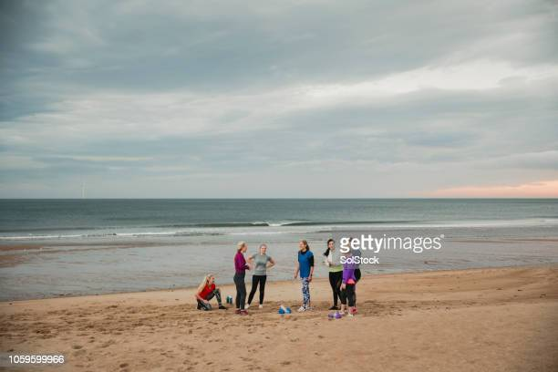 bootcamp at the beach - sports training camp stock pictures, royalty-free photos & images