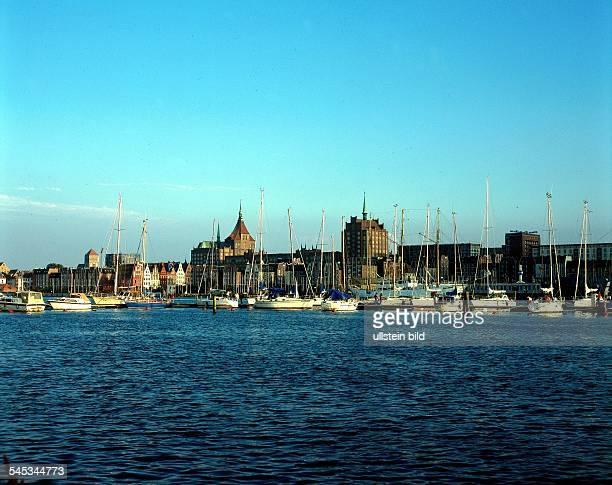 Boote auf der Unteren Warnow imHintergrund die Stadtsilhouette mit derMarienkirche und dem Wohnhochhaus in derLangen Strasse 1997