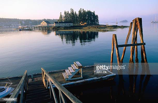 boothbay harbor town, jetty with houses in background. - ブースベイハーバー ストックフォトと画像