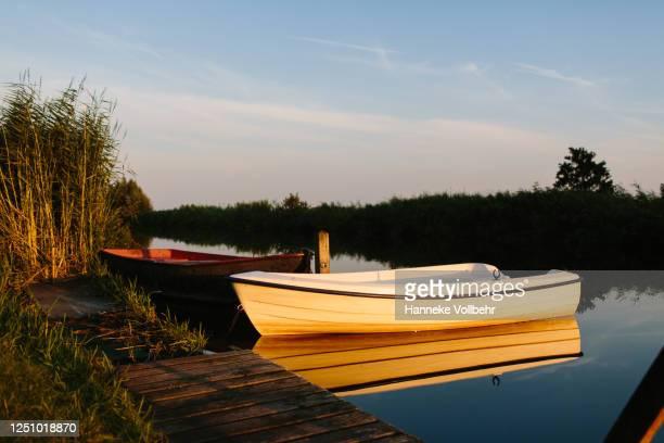 bootjes aan de oever in het water - kamperen stock pictures, royalty-free photos & images