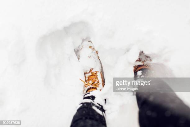 boots in snow - stiefel stock-fotos und bilder