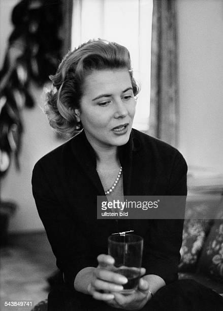 Borchers Cornell Actress Germany* during a interview Photographer Jochen Blume Vintage property of ullstein bild
