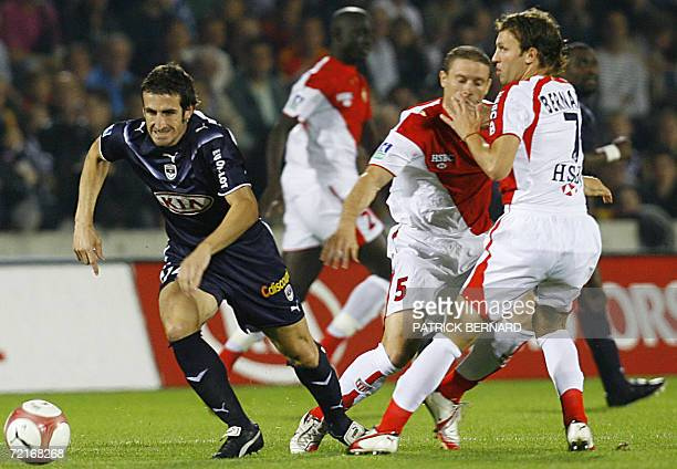 Bordeaux' midfielder Johan Micoud vies with Monaco's midfielder Lucas Bernardi and Diego Perez during their French L1 football match 14 October 2006...