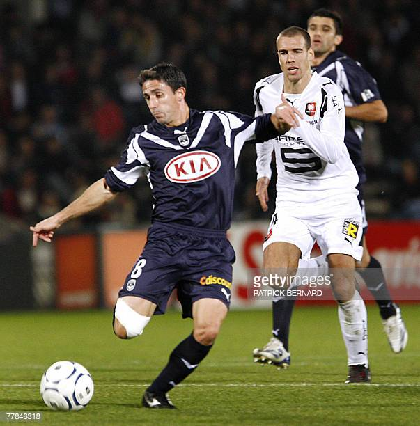 Bordeaux' midfielder Alejandro Alonso vies with Rennes'defender Olivier Sorlin during their French L1 football match 11 November 2007 at the...