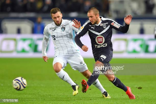 Bordeaux's Argentinian midfielder Valentin Vada vies with Le Havre's French midfielder Romain Basque during the French League Cup quarterfinal...