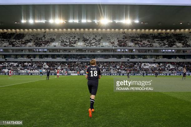 Bordeaux's Czech midfielder Jaroslav Plasil runs on the pitch for the last time before his retirement prior to the French L1 football match between...