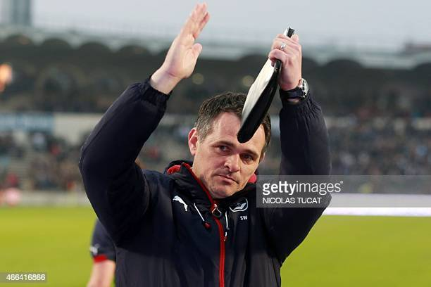 Bordeaux's French coach Willy Sagnol waves to the fans at the end of the French L1 football match between Bordeaux and Paris on March 15, 2015 at the...
