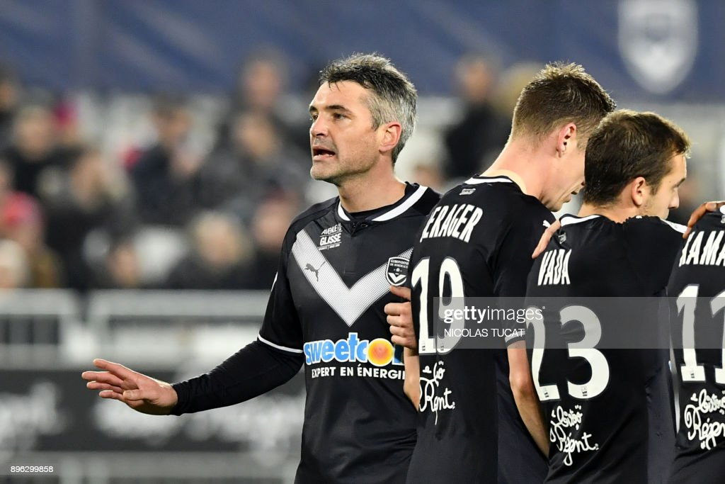 Bordeaux's French midfielder Jeremy Toulalan (L) gestures during the French L1 football match between Bordeaux and Montpellier on December 20, 2017 at the Matmut Atlantique stadium in Bordeaux, southwestern France. /