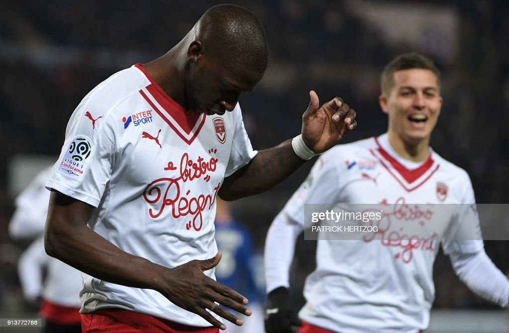 Bordeaux's Senegalese midfielder Younousse Sankhare (L) celebrates with teammate Bordeaux's French forward Nicolas De Preville (R) after scoring a goal, during the French L1 football match between Strasbourg (RCSA) and Bordeaux (FCGB) on February 3, 2018, at the Meinau stadium in Strasbourg, eastern France. /