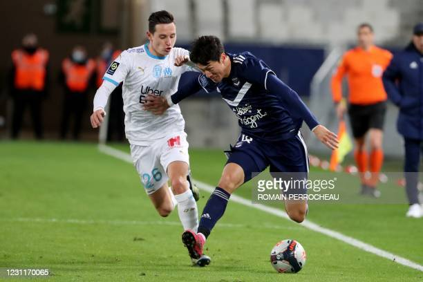 Bordeaux's South Korean forward Hwang Ui-Jo fights for the ball with Marseille's French forward Florian Thauvin in action during the French L1...