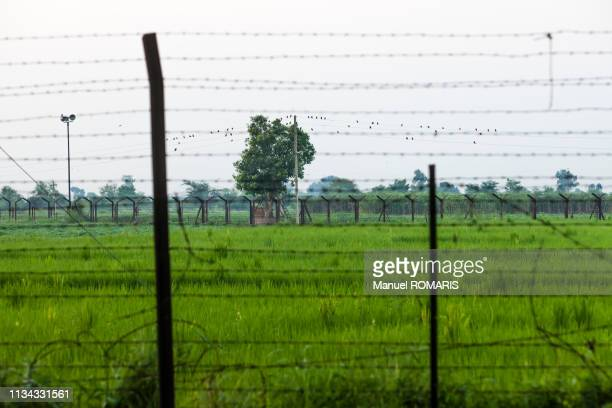 border fence between india and pakistan - punjab india stock pictures, royalty-free photos & images