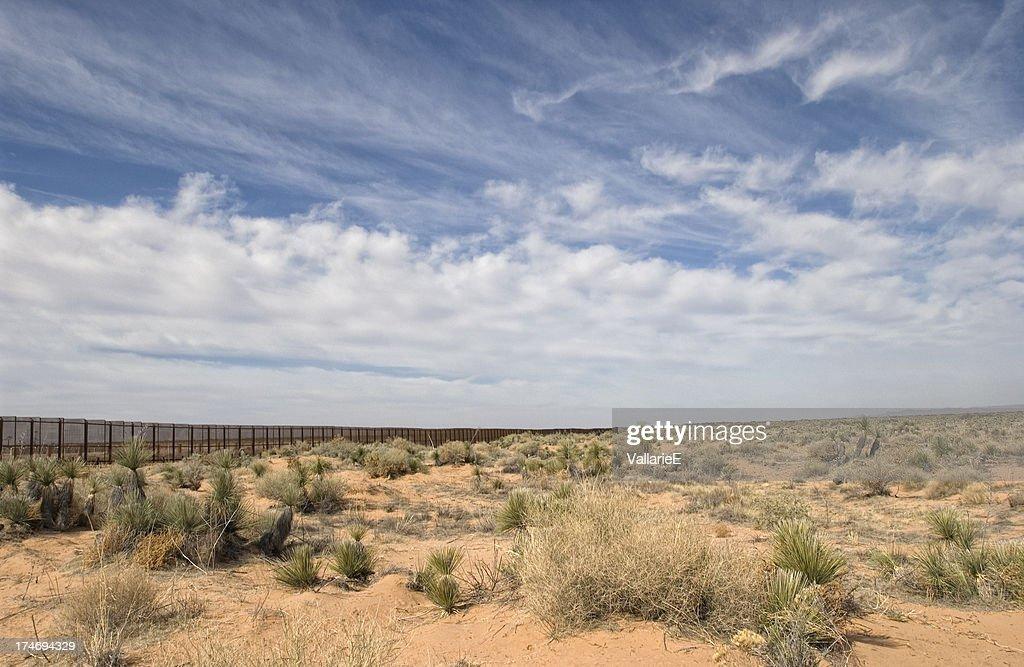 境界柵の砂漠 : ストックフォト