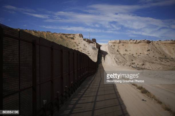 a border fence that separates the u.s. and mexico - fronteira - fotografias e filmes do acervo
