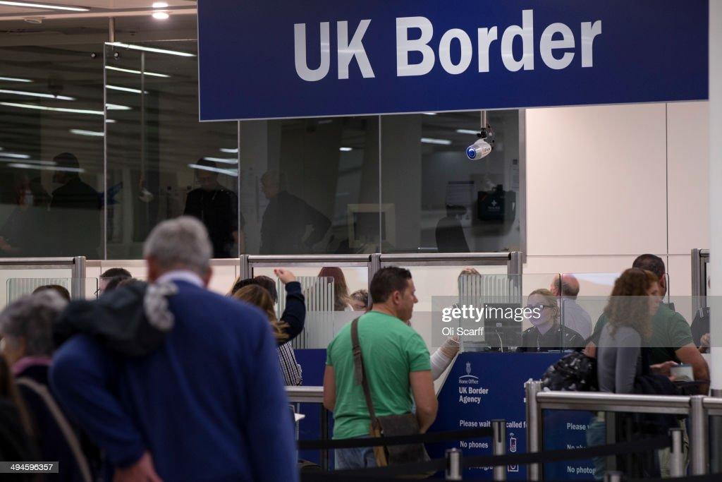 Passport control at Gatwick Airport : News Photo