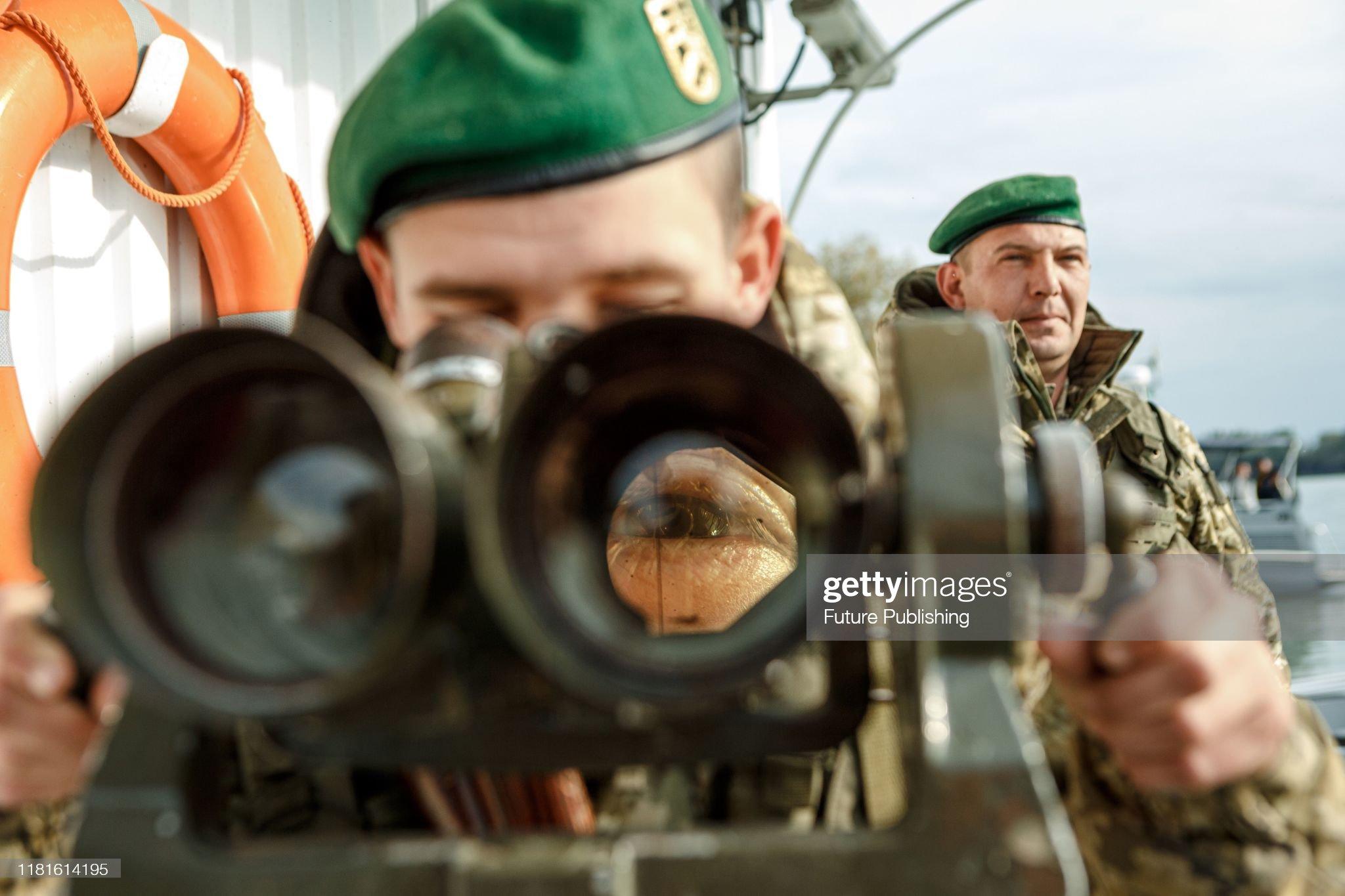 Rusija poslala oštro upozorenje SAD-u: 'Ne šaljite ratne brodove blizu Krima - za vaše dobro' Border-guard-of-ismail-detachment-looks-into-the-binocular-while-picture-id1181614195?s=2048x2048
