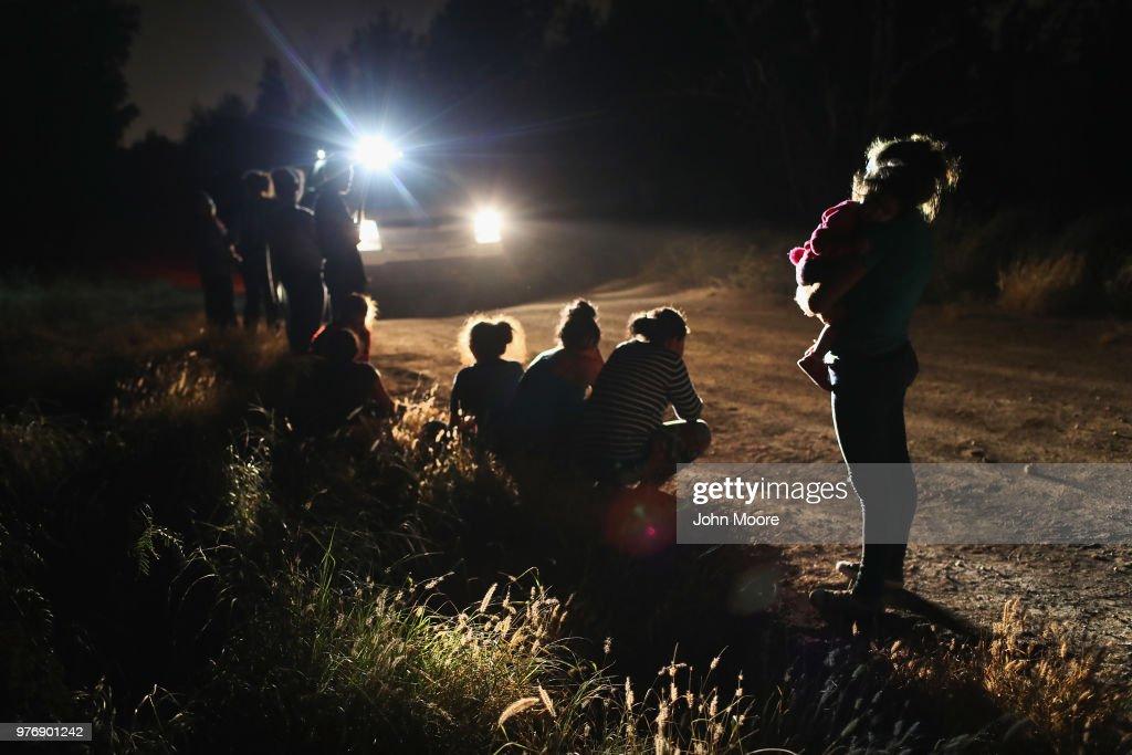 Border Patrol Agents Detain Migrants Near US-Mexico Border : Fotografía de noticias