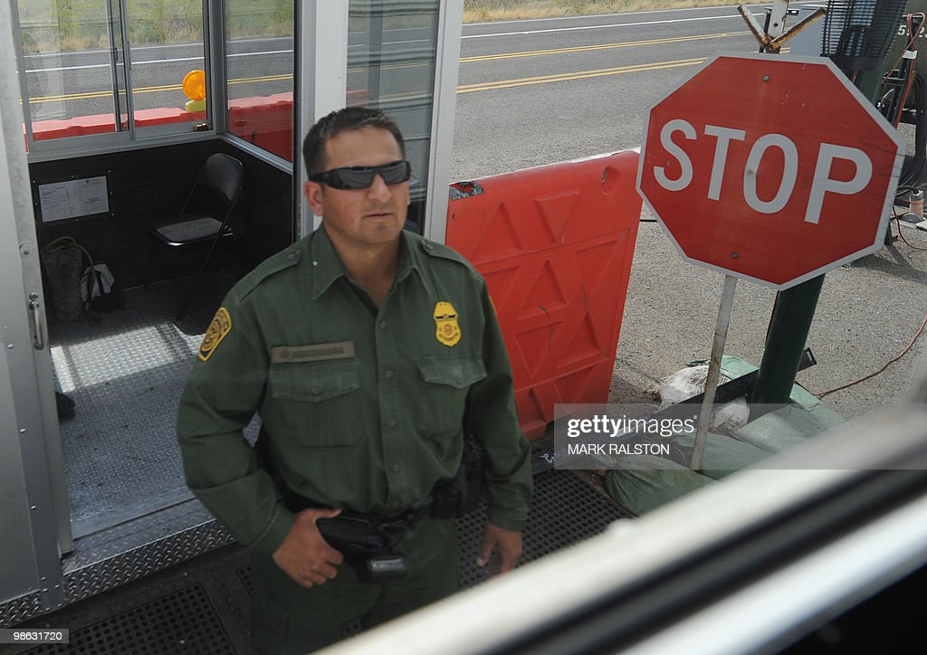 A Border Patrol officer inspects vehicle : Nieuwsfoto's