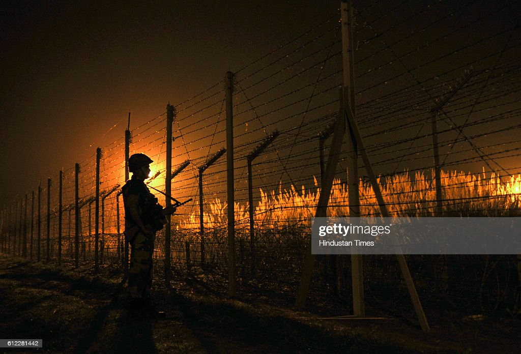 Shoot Of Line Of Control Between India And Pakistan : News Photo