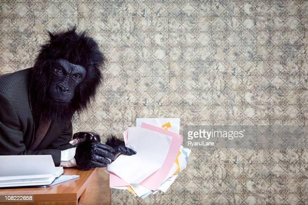 Aburrido y frustración gorila de negocios en la oficina