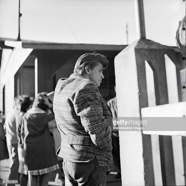 Bored Beatnik in the Prater Vienna Photography 1958 [Es ist fad Halbstarker im Prater Wien Photographie 1958]