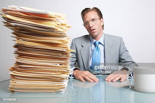 Gelangweilt Geschäftsmann Office Worker sitzt am Schreibtisch, die Papierkram