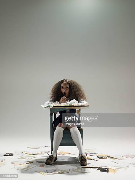 entediado garota na mesa - destruição - fotografias e filmes do acervo