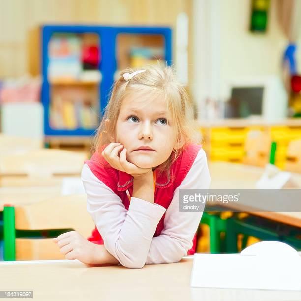 kleines mädchen in der schule gelangweilt parlamentarische - grundschule stock-fotos und bilder