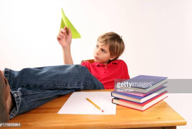 Gelangweilt Teilnehmer spielt mit Papierflugzeug Tagträumen