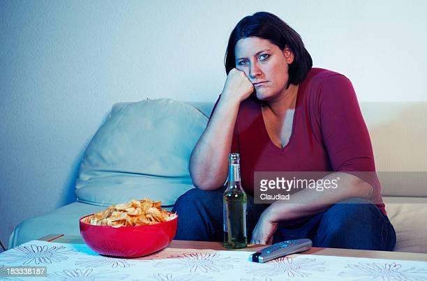 Gelangweilt Frau vor dem Fernseher