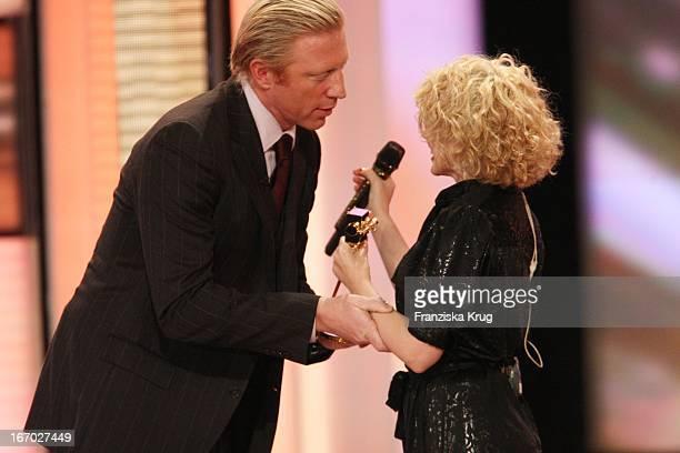 Boris Becker Überreicht Kylie Minogue Ihren Preis Bei Der Verleihung Der Goldenen Kamera In Berlin
