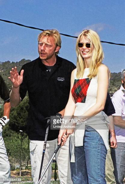 Boris Becker berät Model Claudia Schiffer beim Abschlag bei seiner Golf Trophy 2001 im Dorint Royal Golfresort & Spa Camp de Mar auf Mallorca,...