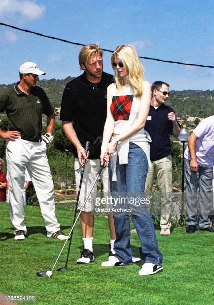 Boris Becker hilft Model Claudia Schiffer beim Abschlag bei seiner Golf Trophy 2001 im Dorint Royal Golfresort & Spa Camp de Mar auf Mallorca,...