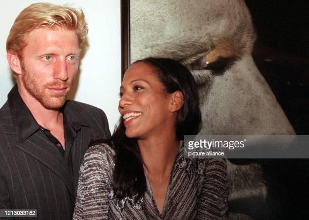 Boris Becker und seine Ehefrau Barbara freuen lachen am 11.9.1997 in München bei der Vernissage von Herb Ritts über sein Portrait. Herb Ritts zeigt...