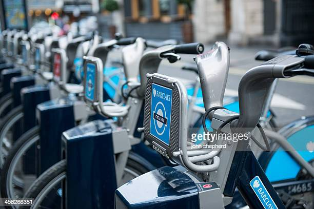 boris bikes - barclays cycle hire stock pictures, royalty-free photos & images