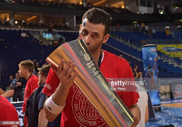 Boris Savovic küsst den Pokal nach Spiel 4 der Beko BBL playoffs zwischen Alba Berlin und FC Bayern München.