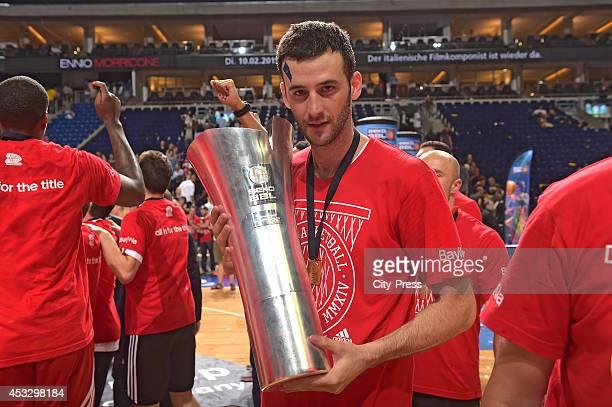 Boris Savovic mit dem Pokal nach Spiel 4 der Beko BBL playoffs zwischen Alba Berlin und FC Bayern München