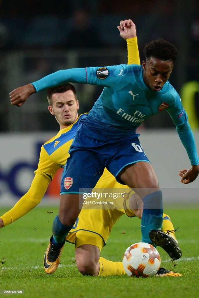 Borisov's midfielder from Montenegro Mirko Ivanic (L) and Arsenal's forward from England Joe Willock vie for the ball during the UEFA Europa League Group H football match between FC BATE Borisov and Arsenal FC in Borisov, outside Minsk, on September 28, 2017. / AFP PHOTO / Maxim MALINOVSKY