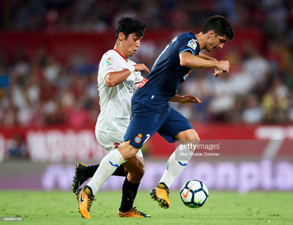 Borja Lasso of Sevilla FC (L) competes for the ball with Gerard Moreno of RCD Espanyol (R) during the La Liga match between Sevilla and Espanyol at Estadio Ramon Sanchez Pizjuan on August 19, 2017 in Seville, .