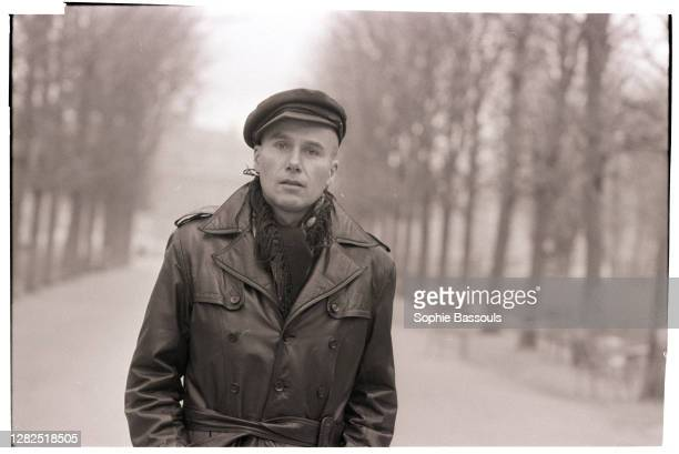 Born in 1936 in Neuilly, novelist, essayist, poet, columnist in various newspapers such as Le Monde and Combat.