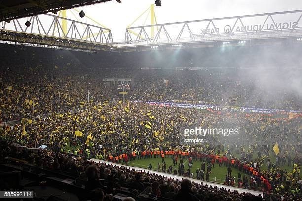 Borussia Dortmund Fans fluten das Spielfeld Fussball 1. Bundesliga : Borussia Dortmund - SC Freiburg 5.5.2012 Signal Iduna Park