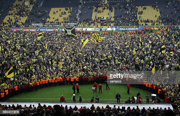 Borussia Dortmund Fans fluten das Spielfeld Fussball 1 Bundesliga Borussia Dortmund SC Freiburg 552012 Signal Iduna Park