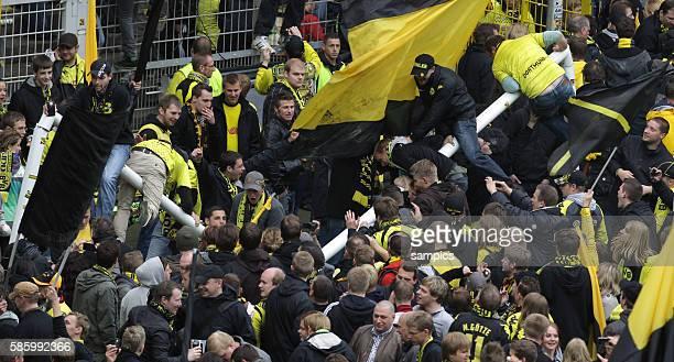 Borussia Dortmund Fans fluten das Spielfeld und besetzen das Tor Fussball 1. Bundesliga : Borussia Dortmund - SC Freiburg 5.5.2012 Signal Iduna Park