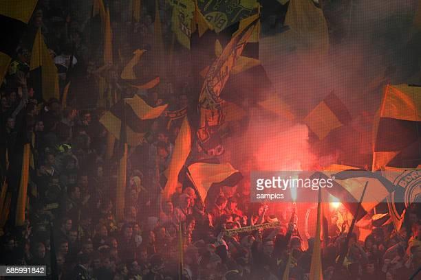 Borussia Dortmund Fans in der Südkurve mit Fahnen und bengalischem Feuer Fussball 1. Bundesliga : Borussia Dortmund - SC Freiburg 5.5.2012 Signal...