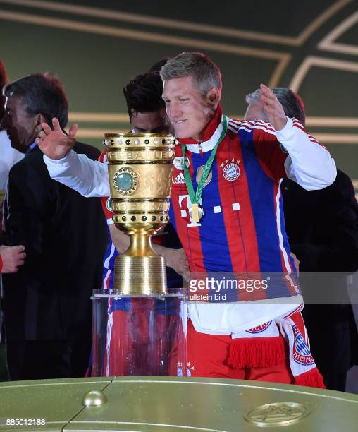 FUSSBALL DFB Borussia Dortmund FC Bayern Muenchen Bastian Schweinsteiger jubelt mit dem DFB Pokal