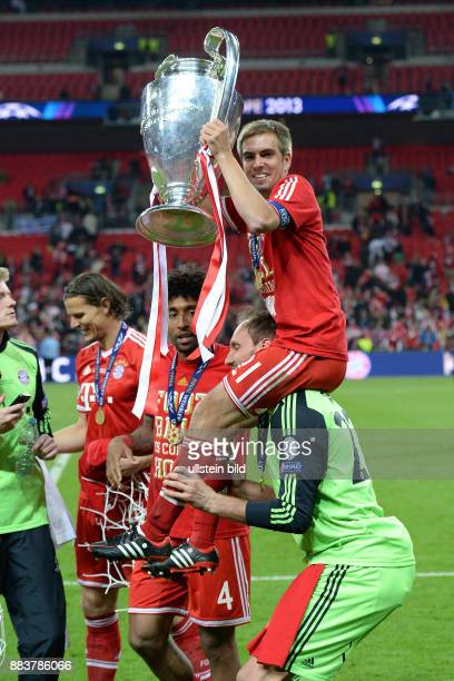 FUSSBALL CHAMPIONS Borussia Dortmund FC Bayern Muenchen Champions League Sieger 2013 FC Bayern Muenchen Philipp Lahm jubelt auf den Schultern von...