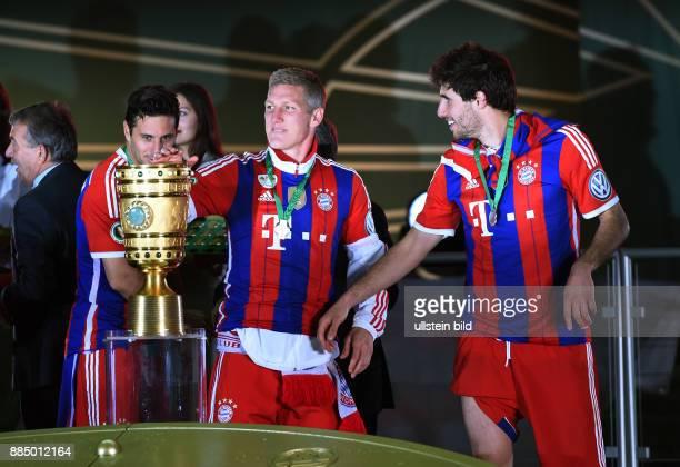 FUSSBALL DFB Borussia Dortmund FC Bayern Muenchen Claudio Pizarro Bastian Schweinsteiger und Javi Javier Martinez jubeln mit dem DFB Pokal