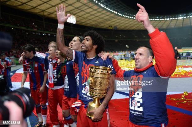 FUSSBALL DFB Borussia Dortmund FC Bayern Muenchen Dante und Franck Ribery jubeln mit dem DFBPokal