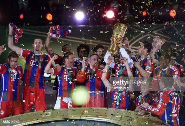 FUSSBALL DFB Borussia Dortmund FC Bayern Muenchen Die Bayern bejubeln im KonfettiRegen den Pokalsieg