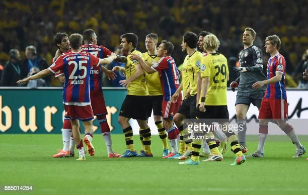 FUSSBALL DFB Borussia Dortmund FC Bayern Muenchen Die Spieler von Dortmund und Muenchen bilden ein Rudel