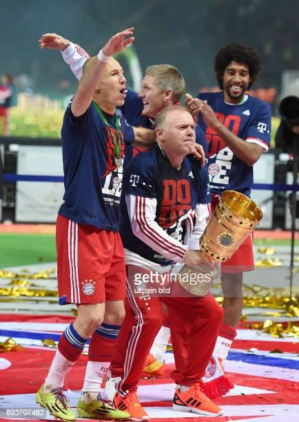FUSSBALL DFB Borussia Dortmund FC Bayern Muenchen Bayern Muenchen Arjen Robben umarmt CoTrainer Hermann Gerland mit Pokal Bastian Schweinsteiger und...
